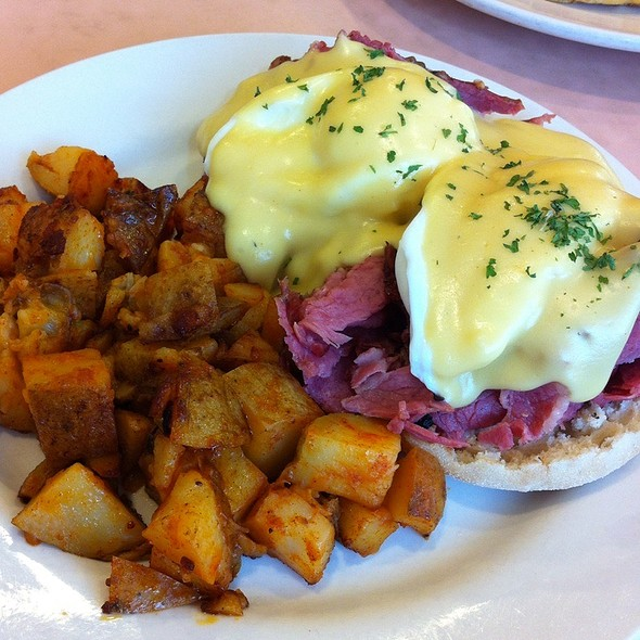 Smoked Meat Eggs Benedict @ Dutch Mill