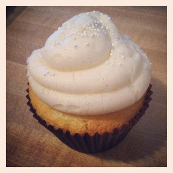 Vanilla Bean Cupcake @ Hello There Cupcake
