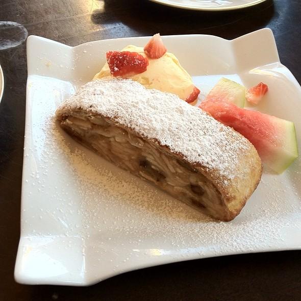 Apfelstrudel With Vanilla Ice Cream @ Zimt & Zucker