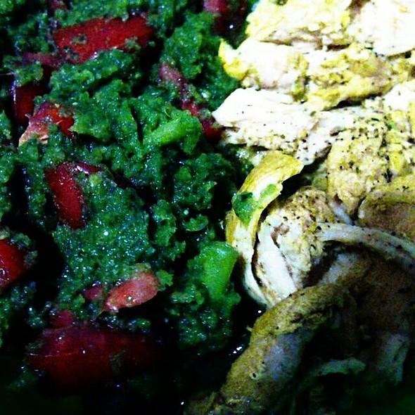 Pechuga De Pollo Al Orégano Y Curry Con Ensalada De Espinacas Y Tomate @ Mi Casa