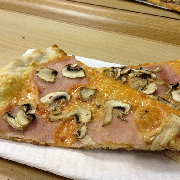 Pizza with Ham and Mushrooms @ Pizza Avanti