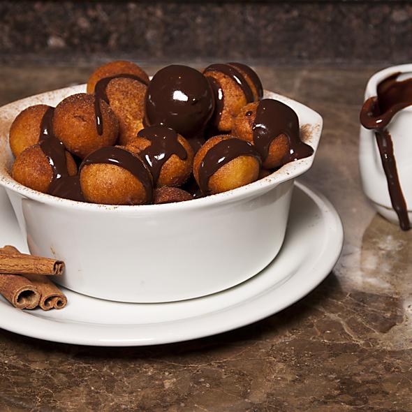 Bolinhos de Chuva com Calda de Chocolate
