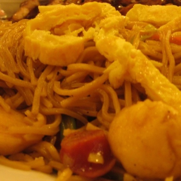 Pancit Canton @ Lola Ina's Grill