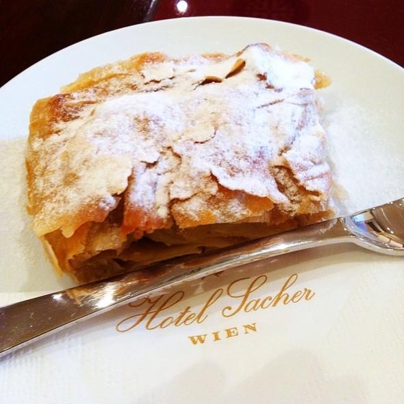 Apfelstrudel @ Hotel Sacher Wien