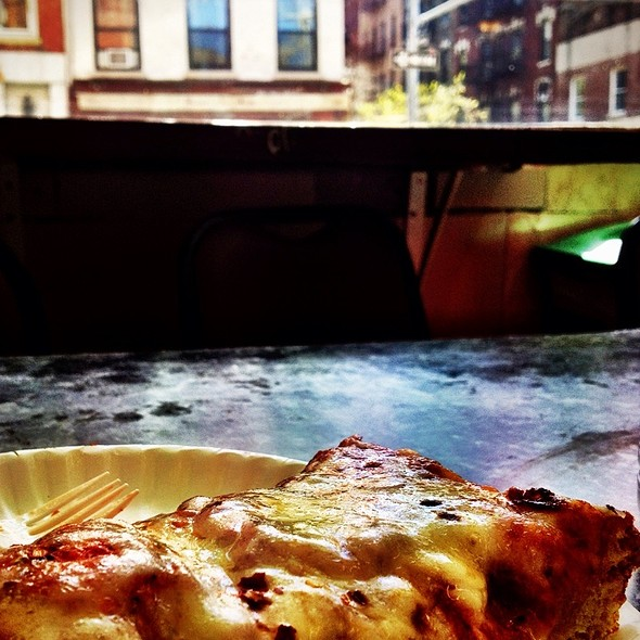 cheese pizza @ Ben's Pizza