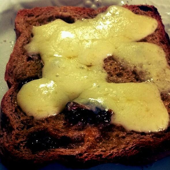 Pan de pasas y queso monterico @ Samudio´s Grill