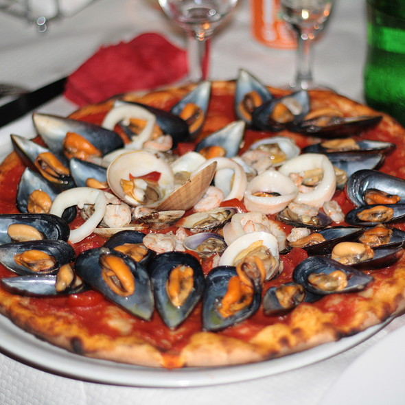Pizza ai frutti di mare @ Ristorante Pizzeria A Casa d'amici