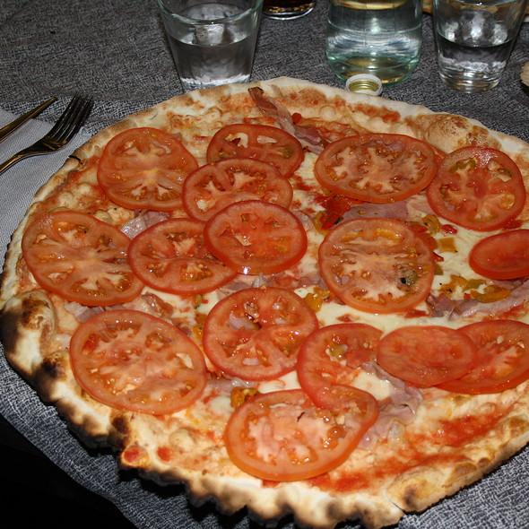 Pizza con pancetta, pomodori, peperoni e tabasco @ Il Dollaro