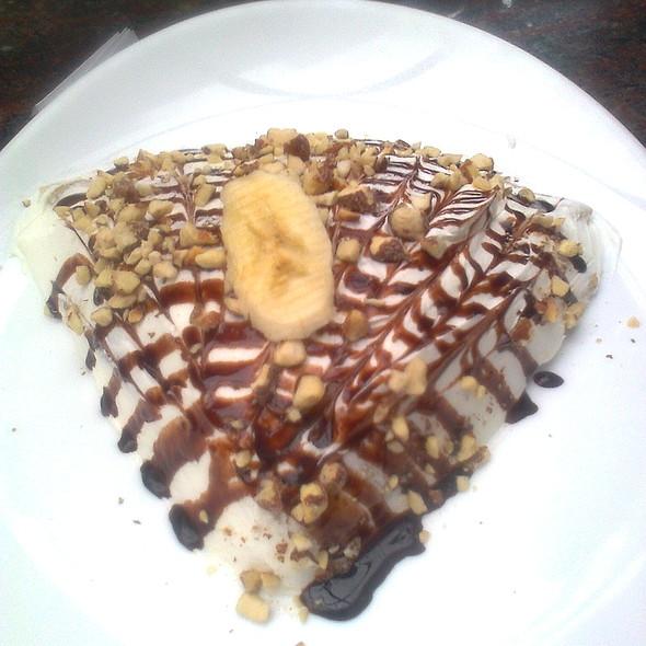 Палачинка со бадеми, лешници, банана и крем @ Енрико