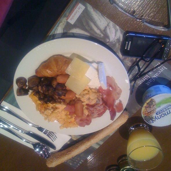 Breakfast @ Fred & Ginger @ Les Lazaristes Domotel