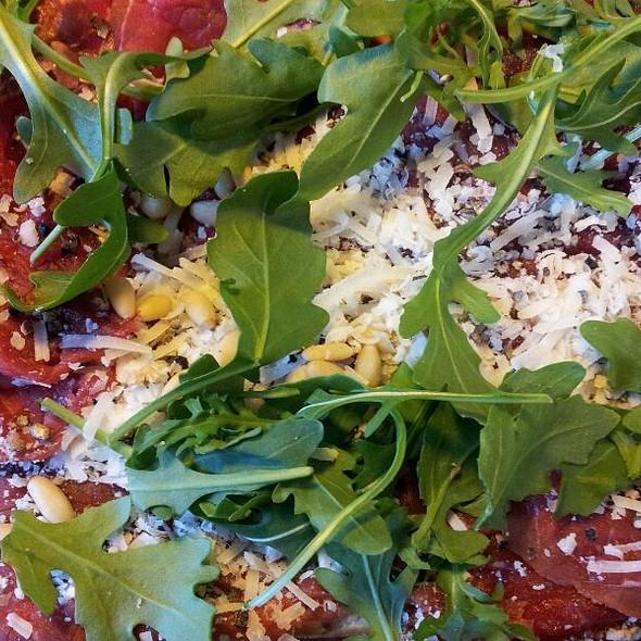 Broodje Gerookte Biefstuk met Rucola, Pesto, Pijnboompitten en Parmezaan @ Kaasboer Hans en Saskia