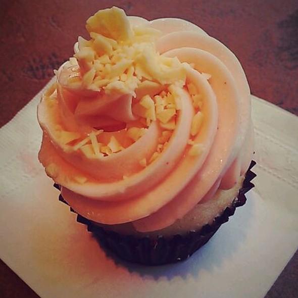 Raspberry Cupcake @ PinkaBella Cupcakes