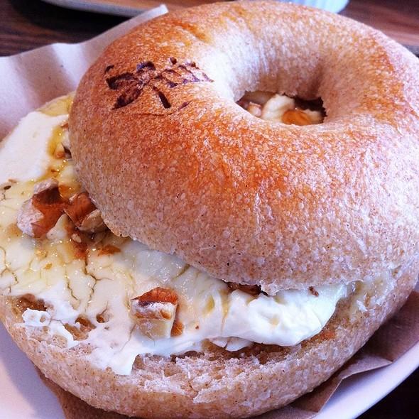 Walnuts & Cream Cheese Bagel Sandwich @ みぃ ベーグルカフェ&ナチュラルマーケット
