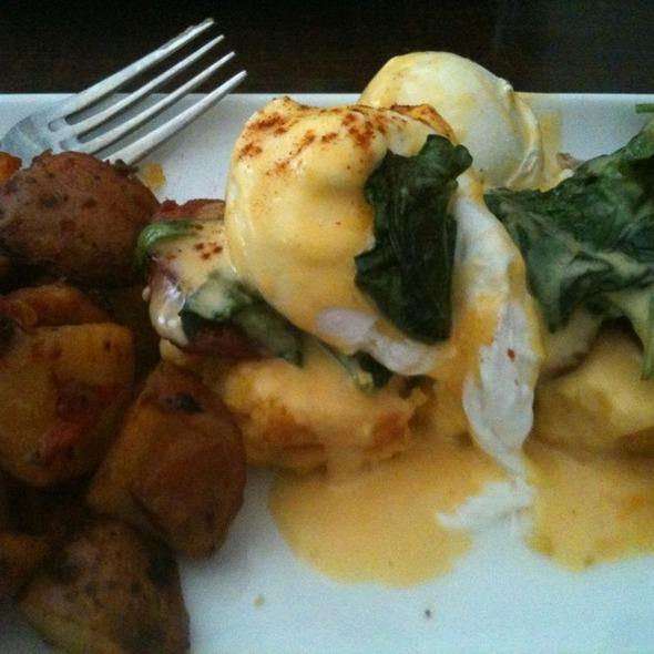 Pan De Maiz Benedict (cornbread eggs Benedict)