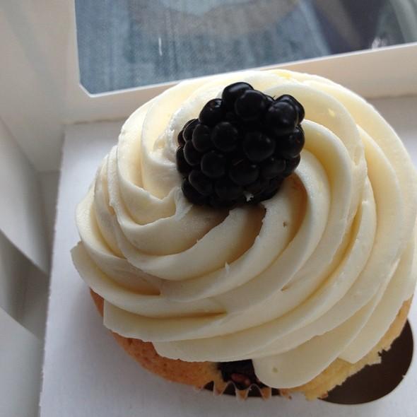 Blackberry Mango Cupcake @ Pearl's Cupcake Shoppe