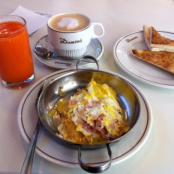 Paila De Huevos Con Jamón @ Dominó