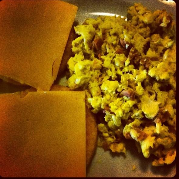 Huevos Revueltos Con Jamon Y Tortillas Con Queso