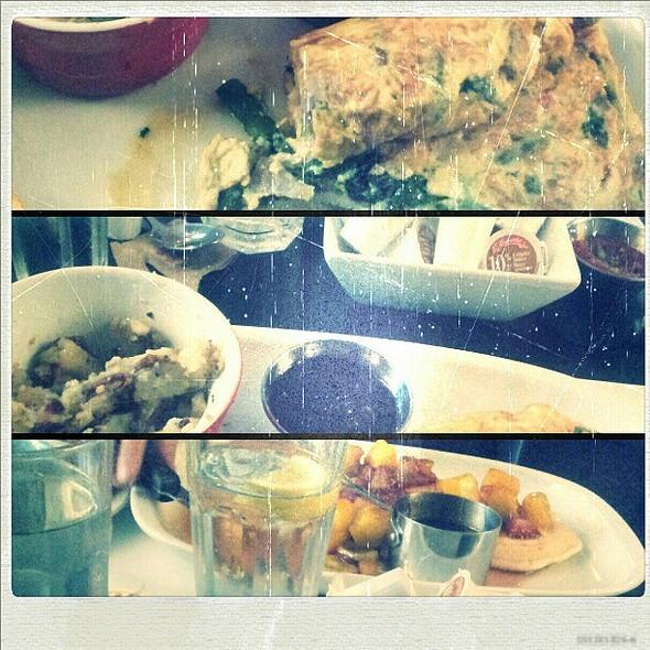 omelette la biquette • crêpes aux fraises & mangues caramelisées @ Restaurant L'Avenue