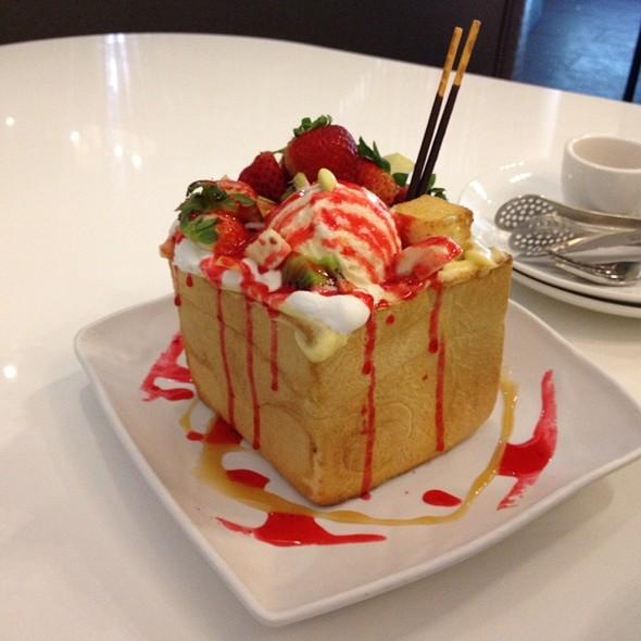 Macaron ice cream sandwiches😍 (at MJ Cafe Express... |