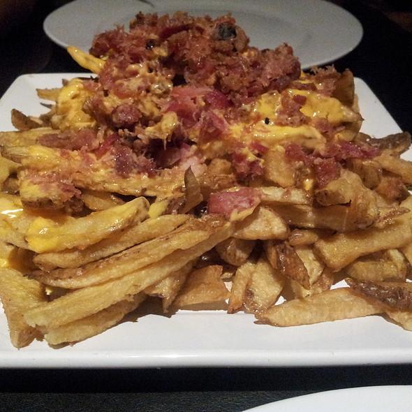Papas supreme (papas fritas con queso cheddar fundido y panceta crocante) @ Planet taco