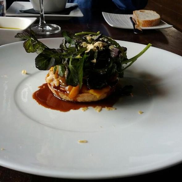 Tarte fine à la courge, escargots, champignons, chou-fleur et sauce bordelaise en ragoût, cresson fontaine et copeaux de foie gras @ Le Local