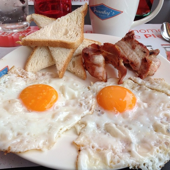 2 Eggs Sunny Side Up & Bacon & Toasts @ Franky's Diner