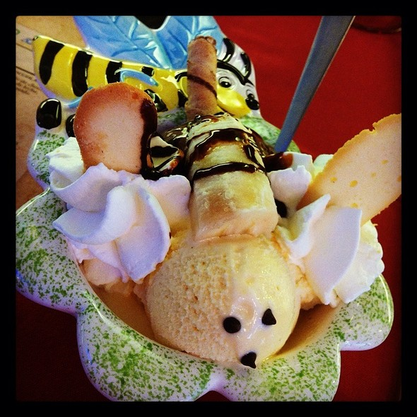 Gelato. Ape Maja. Helado De Chocolate Y Vainilla Con Sirope De Chocolate Y Cramelo @ Dolce Italia