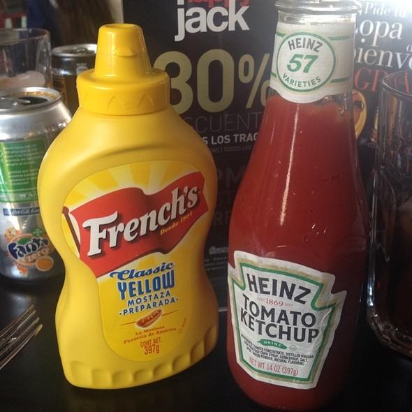 Ketchup Heinz Y Mostaza Frenchu0027s, Siempre En Mr. Jack At Mr. Jacku0027s Patio  Bellavista