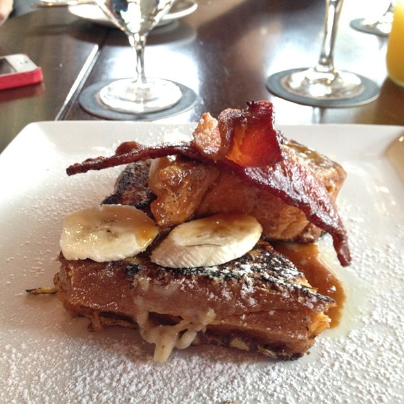 #redvelvet #waffles with #bacon are an omg #brunch ! @ Del Frisco's Grille