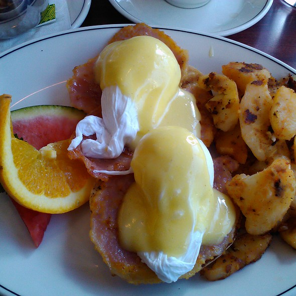 eggs Benedict with Canadian Bacon and Hollindaise sauce @ Beacher Cafe