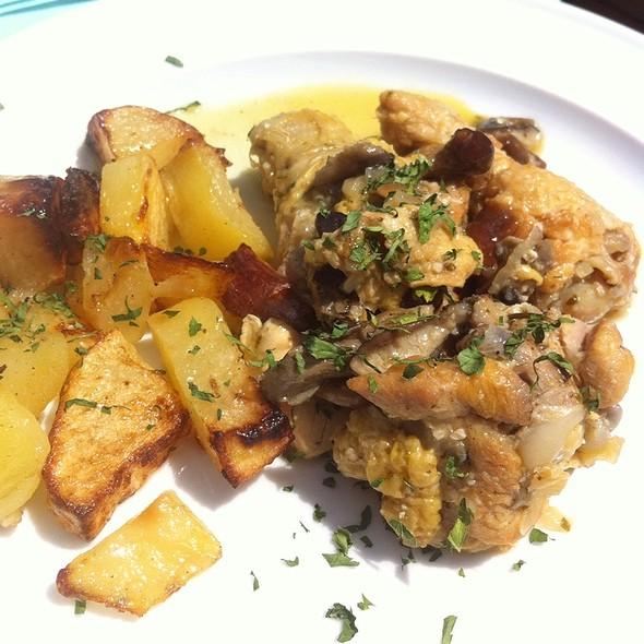 pollo al ajillo @ Restaurant Casa Leon Armengol