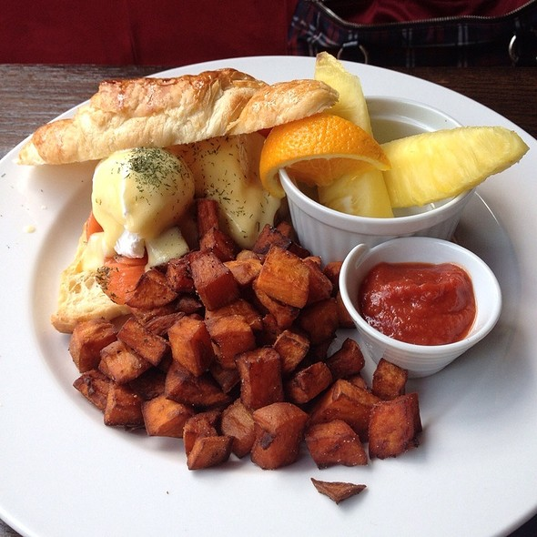 Smoked Salmon Benedict @ Cache Bistro & Lounge