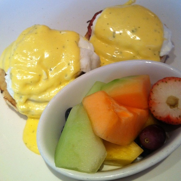 Eggs Bendict @ Wildberry Pancakes & Cafe