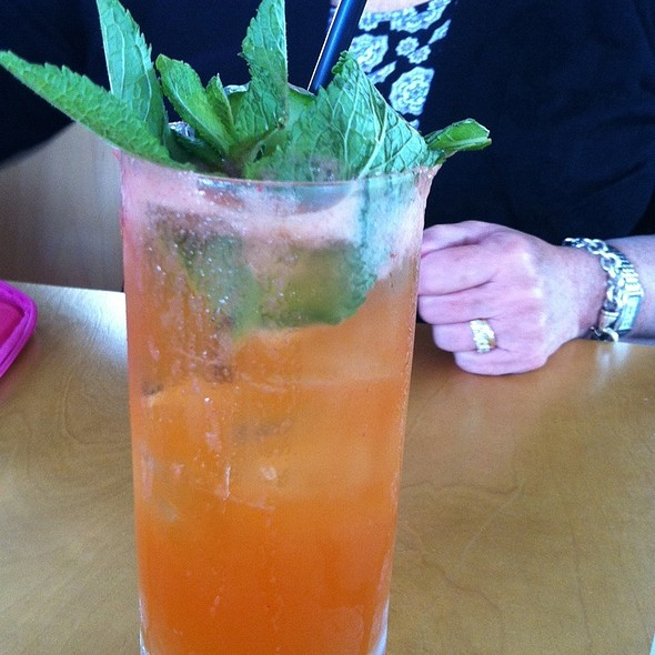 Pimms Rangoon: Pimms, Ginger, Cucumber,Strawberry, Mint, Ginger Ale @ Bocado