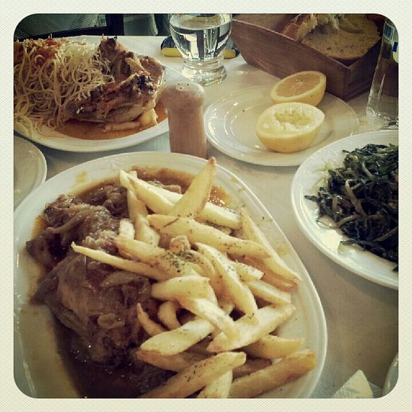 Cock with spaghetti, stifado and stamnagathi salad @ ΡΑΕΤΙ