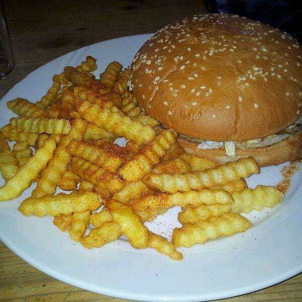 Hamburger 155 gram med pommes frites  @ Mor's Kro