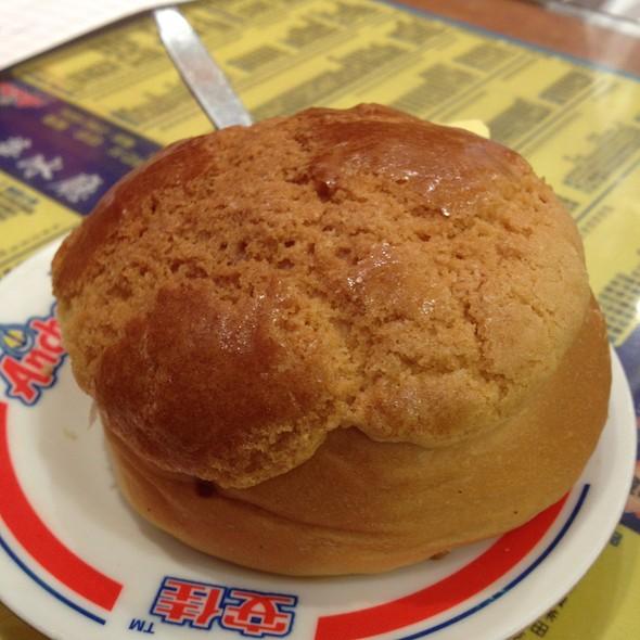 pineapple bun @ Kam Wah Cafe