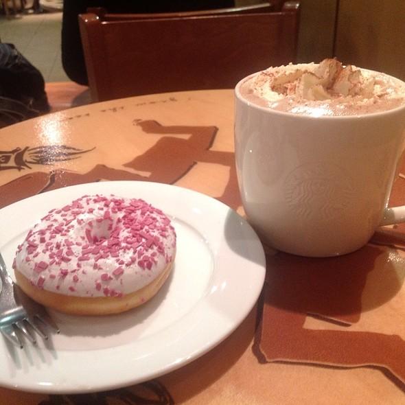 Горячий Шоколад И Пончик @ Starbucks