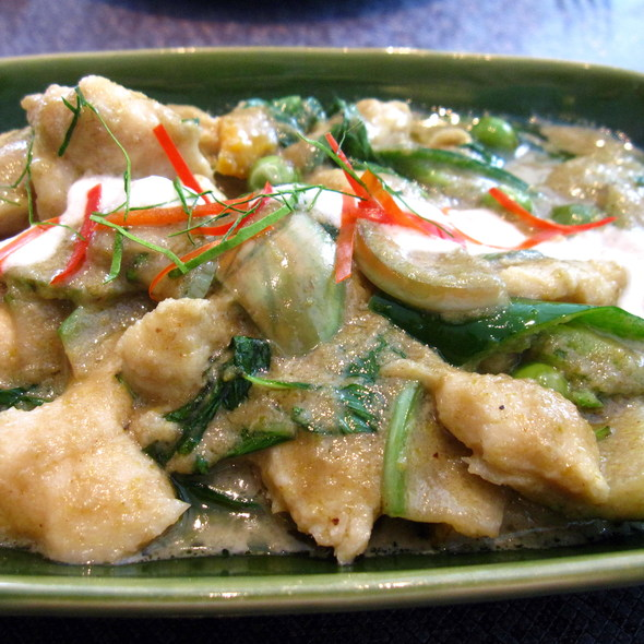 Stir fried chicken with green curry paste @ Nara - Eight Building