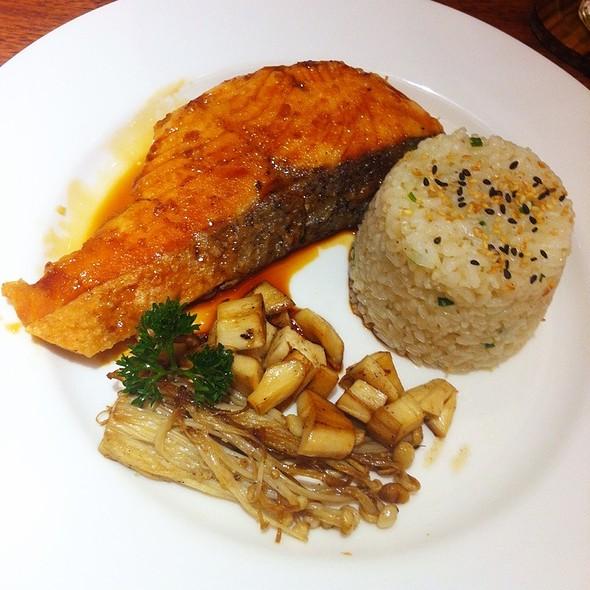 ข้าวแซลมอนเทอริยากิ | Salmon Teriyaki With Butter Rice @ On the table Tokyo Cafe l Central Ladpraw