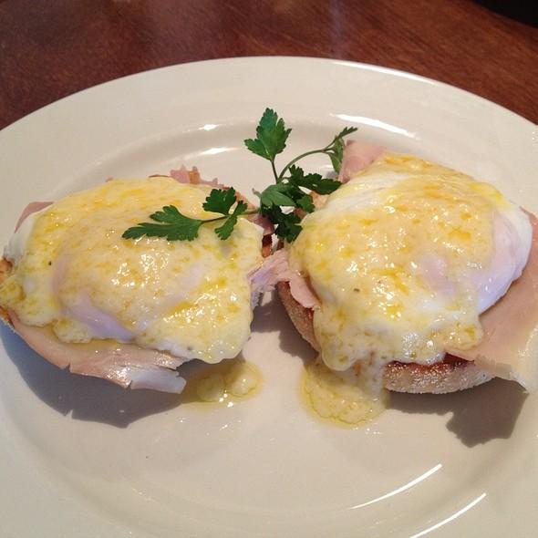 Eggs Benedict @ The Trafalgar