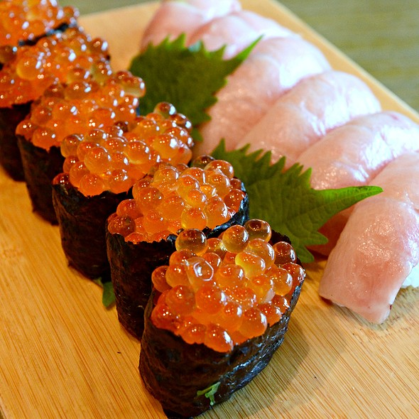 salmon roe and sea urchin sushi @ 嵯峨野 Sagano