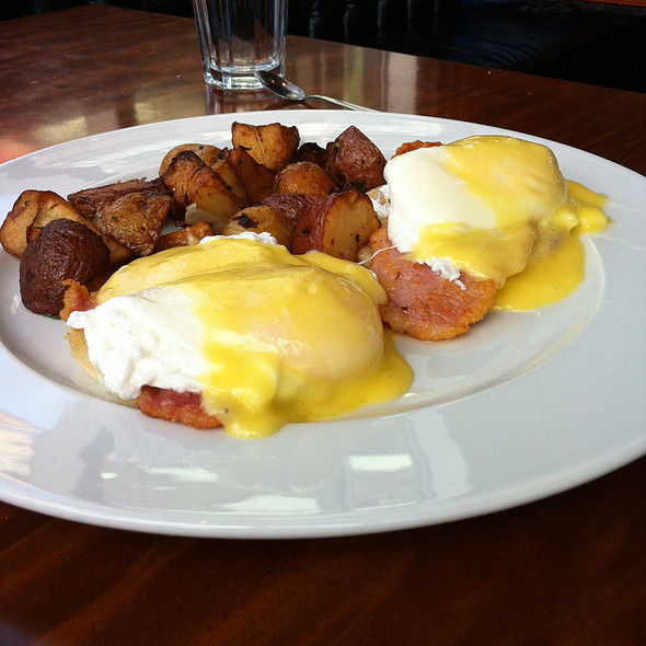 Eggs Benedict with Paemeal bacon and Hollandaise  @ Thompson Diner