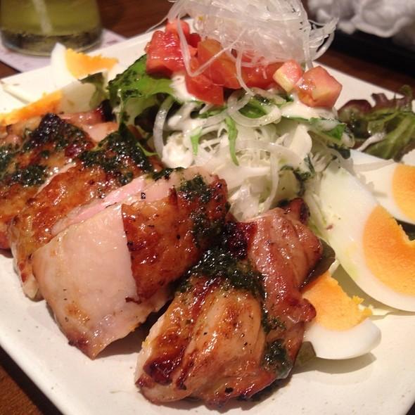 สลัดไก่ย่างถ่านราดซอสเบซิล @ Ootoya Japanese Restaurant