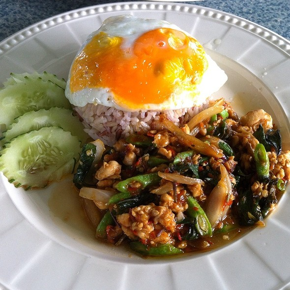 ข้าวผัดกระเพราไก่ไข่ดาว @ Brown Rice Thai Restaurant