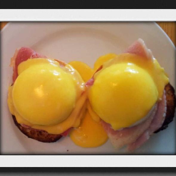 Eggs Benedict @ Bread & Bean cafe