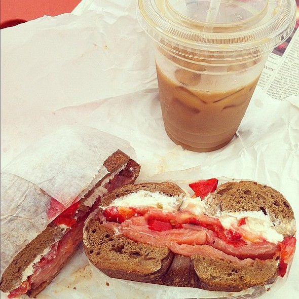 """sunday morning, brooklyn. i never eat bagels, but when the craving strikes ... """"ruby red spectacular"""" smoked salmon, lox, tomato, roasted red pepper on freshly-baked pumpernickel. #bagels #breakfast #brunch #brooklyn @ La Bagel Delight"""
