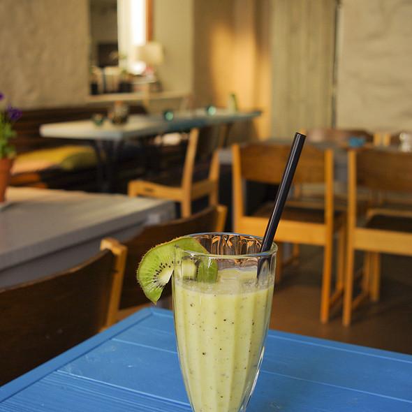 avocado-kiwi-banana smoothie