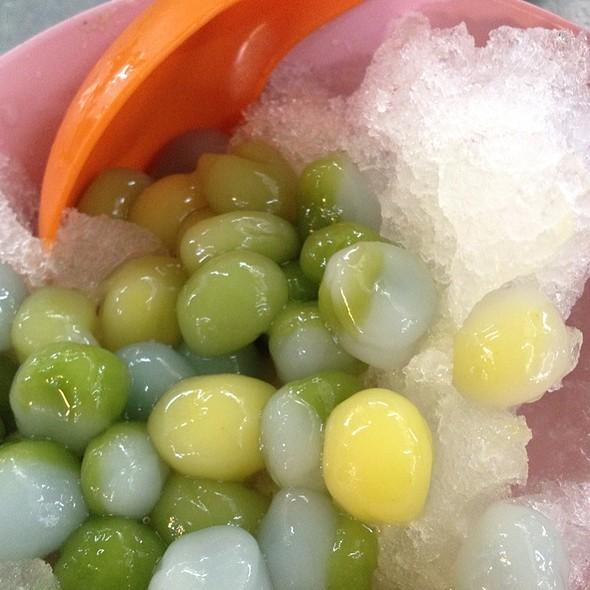 Glutinous Rice Balls With Ice Shavings @ batu lanchang market food court