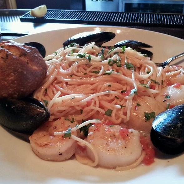 Seafood Spaghettini @ Houlihan's